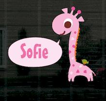 Geboortesticker giraf Sofie op het raam.